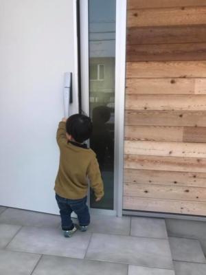 木の外壁とシルバーのドア