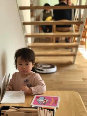 鉄骨階段の下で絵本を読む