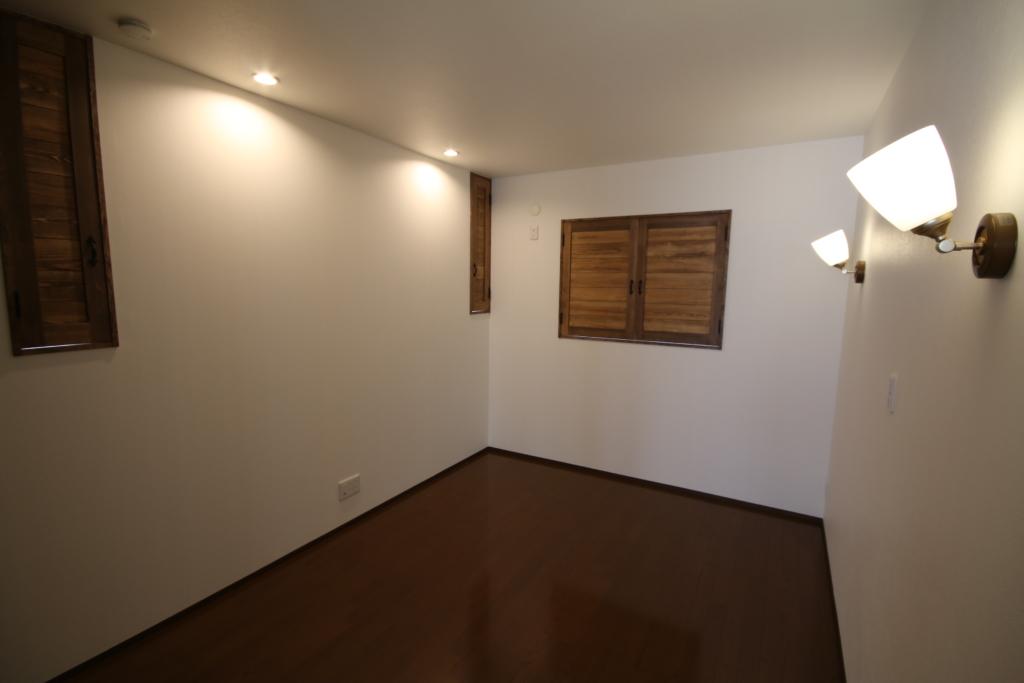 壁や天井に光をあてているダウンライトとブラケット