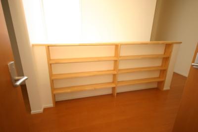 階段手摺の後ろに本棚