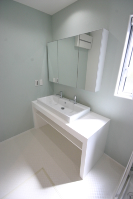 既製品の鏡+造作洗面台