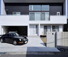 【愛知県清須市】猫と暮らす、車好きご夫婦のザ・ガレージハウス。壁・柱なしで、車2台が余裕で並ぶ。
