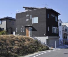 【大府市共和町】高低差のある土地に建つ光あふれる2階リビングの家で、ドイツで経験した暮らし心地を実現。
