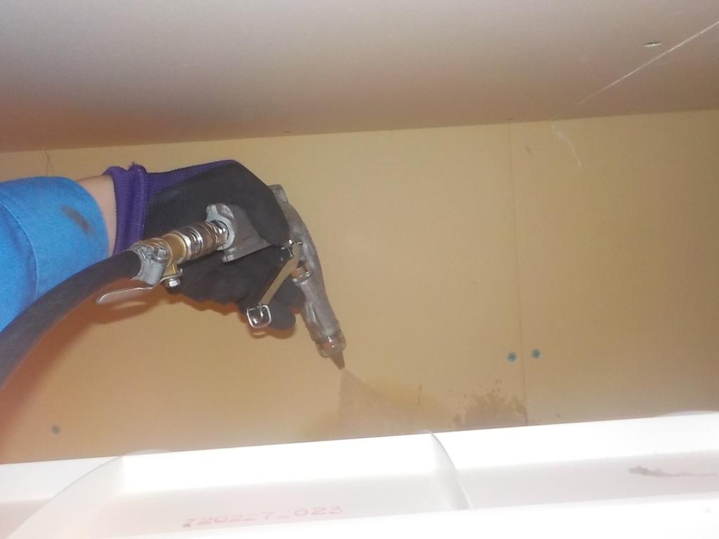 1階UB壁から床に散布